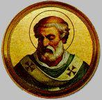 II   12 czerwca Święty Leon III, papież Leon był Rzymianinem, synem Azupiusza. Pochodził ze skromnej rodziny. Już od młodości poświęcił się służbie Bożej w szeregach kleru rzymskiego. Został wybrany papieżem po Hadrianie I (772-795) w dniu 27 grudnia 795 roku. Panował przez 21 lat. Początki jego rządów były wręcz krytyczne. W Rzymie powstały przeciwko niemu zamieszki. Doszło do tego, że w czasie procesji znieważono go, a nawet powalono go na ziemię (799). Papież nie miał innego wyjścia, jak oprzeć się na Karolu Wielkim, od roku 768 królu Franków, a od roku 774 także królu Longobardów. Zaraz po swoim wyborze przesłał mu protokół ze swojej elekcji, klucze od grobu św. Piotra i chorągiew miasta Rzymu na znak, że oddaje mu państwo kościelne pod opiekę. Poszedł nawet dalej: wysłał do Karola petycję, by przysłał swojego delegata, aby ten odebrał od senatu rzymskiego przysięgę na wierność. Karol Wielki odpowiedział listem stwierdzającym, że jest gotów stanąć w obronie papieża przeciwko wszystkim jego wrogom. Jako swojego delegata Karol wysłał opata Angilberta. Kiedy więc w Rzymie wybuchły ponowne zamieszki i uwięziono papieża, ten wezwał na pomoc Karola. Karol przybył do Rzymu w roku 800 i surowo ukarał burzycieli. W podzięce za to papież w samo święto Bożego Narodzenia w czasie uroczystej celebry ogłosił króla Franków cesarzem rzymskim, dokonał też jego koronacji. Akt ten nadawał Karolowi jako cesarzowi prymat nad wszystkimi władcami Europy. Papieżowi zaś dawał pierwszeństwo nad wszystkimi metropolitami Europy, którzy dokonywali koronacji królów. Odtąd każdy nowy cesarz udawał się po koronę do Rzymu. Akt koronacji odbywał się w uroczystość Bożego Narodzenia. Leon III okazał się nie tylko wytrawnym taktykiem politycznym, ale także gorliwym pasterzem powierzonej sobie owczarni. Zajął się ze szczególną troską ludnością ubogą. Bronił czystości nauki katolickiej. W tym czasie powstała herezja adopcjonizmu. Szerzyli ją biskupi Hiszpanii: Feliks i Elipandus. Głosili oni, że Jezu
