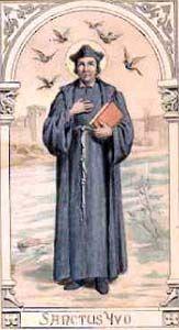 VI0519  W Bretanii pamiątka św. Iwona, kapłana i Wyznawcy. Jako adwokat, z miłości dla Chrystusa zajmował się przede wszystkim sierotami, wdowami i biednymi. Patron w dniu 19 maja dla imion: Iwo, Iwon  św Iwo (Iwon) Helory z Bretanii (1250 - 1303)  Znany też jako Iwo z Kermartin, Iwo z Tréguier. Urodził się 17 października 1253 roku w Kermartin w pobliżu Tréguier. Po ukończeniu 14 roku życia studiował w Paryżu na wydziale sztuk wyzwolonych, później na wydziale prawa kanonicznego i teologii, a w Orleanie na wydziale prawa cywilnego.  Kiedy jako niemal trzydziestoletni, świetnie wykształcony prawnik powrócił do rodzinnej Bretanii, archidiakon Rennes natychmiast powołał go na stanowisko oficjała, czyli diecezjalnego sędziego duchownego i powierzył mu wszystkie sprawy sporne diecezji. Iwo od samego początku zyskał sobie opinię bezstronnego, nieprzekupnego i sprawiedliwego sędziego, który - o dziwo - bogatych podsądnych traktował na równi z ubogimi. Potrafił w niezrównany sposób połączyć sprawiedliwość ziemską z zasadami chrześcijańskiej miłości bliźniego. Zawsze czynił starania, by pogodzić zwaśnione strony i uniknąć procesu, a jeśli już musiało do niego dojść, biednym opłacał koszty postępowania sądowego, skazanych odwiedzał w więzieniach i wspomagał ich rodziny, a szczególną troską otaczał najbardziej bezradnych, tj. wdowy i sieroty. Po czterech latach Iwo objął urząd oficjała w Tréguier i wyświęcony został na kapłana. Biskup powierzył mu niewielką parafię Trédrez, a po roku 1293 nieco większą - Louannec. Iwo od razu zjednał sobie parafian, dając przykład ubóstwa i modlitwy. W czasach, kiedy kapłani obowiązani byli odprawiać Mszę św. tylko w niedziele i święta, Iwo czynił to codziennie, niezależnie od tego, gdzie się znajdował. Często, chcąc pogodzić zwaśnionych, zanim zajął się sprawą jako sędzia, odprawiał w ich intencji Mszę św. - po niej serca skłóconych w jakiś cudowny sposób ulegały przemianie i jednali się bez rozprawy. Iwo prowadził też częstą w czasach Średni