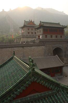 """Augustyn Zhao Rong urodził się w 1746 w prowincji Syczuan w Chinach. W młodości sprawował funkcję strażnika więziennego, eskortującego i nadzorującego miedzy innymi chrześcijańskich misjonarzy, których od początku XVIII stulecia zaczęto w """"kraju smoka"""" prześladować.  Źródła różnie podają: że miał się zafascynować chrześcijaństwem, gdy ujrzał emanującego niezwykłym spokojem podczas aresztowania świętego Jana Dufresse, lub też po poznaniu ojca Martinusa Moye, zwanego ojcem Mei, którego miał pilnować w areszcie. Wiemy, że w 1779 roku Augustyn starał się walczyć z klęską głodu i zarazą w prowincji Syczuan, a jednocześnie nauczał Chińczyków wiary chrześcijańskiej. Na kapłana wyświęcono go 10 maja 1781. W roku 1815 roku, gdy prześladowania religijne ponownie się nasiliły, Augustyn został aresztowany i w wyniku ran odniesionych podczas tortur zmarł 27 stycznia, będąc pierwszym księdzem chińskiego pochodzenia, który został męczennikiem.  Beatyfikowany został 27 maja 1900 roku przez papieża Leona XIII. Natomiast kanonizował go Jan Paweł II 1 października 2000 roku, wraz z grupą 119 innych, chińskich męczenników. Warto zaznaczyć, iż nie wszyscy wyniesieni wówczas na ołtarze przez polskiego papieża święci, byli z pochodzenia Chińczykami. Wśród nich znajdowało się także wielu misjonarzy, ale i osoby świeckie, które zginęły w Chinach w latach 1648-1930.  Jednym z """"towarzyszy"""" Augustyna Zhao Rang jest święty Franciszek de Capillas, który urodził się 14 sierpnia 1607 w hiszpańskiej miejscowości Baquerín de Campos. Ten dominikanin został wyświęcony na kapłana w Manili, do której wysłano go z Valladolid w 1632 roku. Następnie przeniósł się do prowincji Fujian, gdzie podczas najazdu Tatarów został pojmany, torturowany i kuszony obietnicą wyjścia na wolność, jeśli tylko zgodzi się wyrzec wiary chrześcijańskiej.  Jako, że Franciszek nie skorzystał z """"propozycji"""" swych prześladowców, a czas spędzony w celi więziennej wykorzystywał na głoszenie nauk chrześcijańskich współwięźniom, został"""
