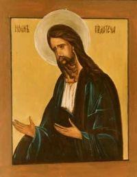 """Imię Jan jest pochodzenia hebrajskiego i oznacza tyle, co """"Bóg jest łaskawy"""". Jan Chrzciciel urodził się jako syn kapłana Zachariasza i Elżbiety (Łk 1, 5-80). Jego narodzenie z wcześniej bezpłodnej Elżbiety i szczególne posłannictwo zwiastował Zachariaszowi archanioł Gabriel, kiedy Zachariasz jako kapłan okadzał ołtarz w świątyni (Łk 1, 8-17). Przyszedł na świat sześć miesięcy przed narodzeniem Jezusa (Łk 1, 36), prawdopodobnie w Ain Karim leżącym w Judei, ok. 7 km na zachód od Jerozolimy. Wskazuje na to dawna tradycja, o której po raz pierwszy wspomina ok. roku 525 niejaki Teodozjusz. Przy obrzezaniu otrzymał imię Jan, zgodnie z poleceniem anioła. Z tej okazji Zachariasz wyśpiewał kantyk, w którym sławi wypełnienie się obietnic mesjańskich i wita go jako proroka, który przed obliczem Pana będzie szedł i gotował mu drogę w sercach ludzkich (Łk 1, 68-79). Kantyk ten wszedł na stałe do liturgii i stanowi istotny element codziennej porannej modlitwy Kościoła - Jutrzni. Poprzez swoją matkę, Elżbietę, Jan był krewnym Jezusa (Łk 1, 36). Św. Łukasz przekazuje nam w Ewangelii następującą informację: """"Dziecię rosło i umacniało się w duchu i przebywało na miejscach pustynnych aż do czasu ukazania się swego w Izraelu"""" (Łk 1, 80). Można to rozumieć w ten sposób, że po wczesnej śmierci rodziców będących już w wieku podeszłym, Jan pędził żywot anachorety, pustelnika, sam lub w towarzystwie innych. Nie jest wykluczone, że mógł zetknąć się także z esseńczykami, którzy wówczas mieli nad Morzem Martwym w Qumran swoją wspólnotę. Kiedy miał już lat 30, wolno mu było według prawa występować publicznie i nauczać. Podjął to dzieło nad Jordanem, nad brodem w pobliżu Jerycha. Czasem przenosił się do innych miejsc, np. Betanii (J 1, 28) i Enon (Ainon) w pobliżu Salim (J 3, 23). Swoje nauczenie rozpoczął w piętnastym roku panowania cesarza Tyberiusza (Łk 3, 1), czyli w 30 r. naszej ery według chronologii, którą się zwykło podawać.  Święty Jan Chrzciciel Jako herold Mesjasza Jan podkreślał z n"""