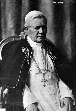 """IV0821  21 sierpnia - Święty Pius X: Odrodził życie eucharystyczne  Muzyka kościelna powinna w najwyższym stopniu posiadać cechy właściwe liturgii, a mianowicie: świętość i piękność formy, z których wynika koniecznie inna jej cecha, powszechność. Powinna być święta, a więc wykluczać wszelką świeckość, nie tylko w samej sobie, ale też i w sposobie, w jaki zostaje przez wykonawców oddana"""".  Św. Pius X - Papież Eucharystii Benedykt XVI o Piusie X Tak mądrze i pięknie wypowiedział się o muzyce kościelnej papież Pius X, człowiek który zdziałał w Kościele wiele dobra, choć dziś często jego przesłanie bywa nadużywane i przekręcane.  Nazywał się Giuseppe Sarto. Urodził się w roku 1835 w rodzinie wiejskiego listonosza w Riese koło Wenecji. Po studiach teologicznych pracował początkowo jako wikariusz i proboszcz, później został kanclerzem kurii. Następnie w seminarium duchownym pełnił obowiązki prefekta i ojca duchownego. W roku 1884 został biskupem Mantui. Od 1893 roku był patriarchą Wenecji i kardynałem. Na Następcę św. Piotra został wybrany w roku 1903.  Odrodził życie eucharystyczne w Kościele. Na jego polecenie wydane zostały dwa bardzo ważne dekrety: o codziennej Komunii Świętej oraz """"O wcześniejszym dopuszczeniu dzieci do pierwszej Komunii Świętej"""". Nazywany był """"papieżem dzieci"""". Przeprowadził reformę Kurii Rzymskiej, kalendarza kościelnego, liturgii i muzyki sakralnej. Zajmował się sprawami społecznymi, prowadził mediacje w sporach między państwami Ameryki Południowej. Zdecydowanie występował przeciwko błędom modernistycznym. Jego najbardziej znana encyklika """"Pascendi Dominici Gregis"""" ostrzega przed niebezpieczeństwami modernizmu. Był człowiekiem wielkiej pokory i modlitwy.  Pius X zmarł w roku 1914, kanonizowany został w roku 1954.  W wydanym na jego polecenie w roku 1905 dekrecie o codziennej Komunii Świętej czytamy m. in. """"Starać się trzeba, by Komunię Świętą wyprzedzało pilne przygotowanie, a po niej nastąpiło stosowne do godności tego Sakramentu dziękczynienie, """