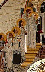 I0515 Dymfna Przejdź do nawigacjiPrzejdź do wyszukiwania Święta Dymfna męczennica czystości Ilustracja Św. Dymfna z mieczem w otoczeniu innych świętych - detal z ołtarza w wiedeńskim kościele św. Leopolda (Kirche Am Steinhof) Data i miejsce urodzeniaw VII wieku  Irlandia Data i miejsce śmierciw VII wieku  Geel (Brabancja) Czczona przezKościół katolicki Wspomnienie15 maja Patronkachorych nerwowo i umysłowo Szczególne miejsca kultuKościół Irlandii Dymfna, również w parze Dymfna i Gerebern – męczennica czystości żyjąca w VII wieku, święta Kościoła katolickiego.  Według legendy spisanej w latach około 1238-1247 przez Piotra, kanonika z Cambrai, Dymfna miała być córką pogańskiego króla w Irlandii. Sama nawróciła się i w tajemnicy przyjęła chrzest. Obłąkany ojciec chciał ją pojąć za żonę po śmierci swojej małżonki. Dymfna nie zgodziła się na to i za radą kapłana Gereberna, swojego spowiednika, uciekła do Antwerpii. Nieopodal dzisiejszej miejscowości Geel w Brabancji oboje mieli zostać zabici przez króla, który podążył ich śladem.  Okoliczni mieszkańcy pochowali ich ciała, a następnie wybudowali kościół, w którym umieszczono ich relikwie. Ponieważ zaś ojca Dymfny uważali za szalonego, do sanktuarium zaczęli przybywać pielgrzymi z umysłowo chorymi. Ci, którzy nie doznali łaski uzdrowienia, pozostawali często w miejscowym schronisku. Dało ono początek wielkiemu przytułkowi, który istnieje do dnia dzisiejszego.  Wspomnienie liturgiczne św. Dymfny obchodzone jest 15 maja głównie w Irlandii i Belgii.  Jest patronką chorych nerwowo i umysłowo.