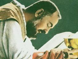 """IV0922 Proces beatyfikacyjny o. Pio - na przyśpieszenie którego nalegał sam Jan Paweł II, który poznał stygmatyka podczas wizyty w San Giovanni Rotondo w 1947 r., a jako biskup krakowski w 1962 r. prosił o. Pio o uzdrowienie z choroby nowotworowej Wandy Półtawskiej - rozpoczął się 20 marca 1983 r. Uroczystość beatyfikacyjna odbyła się 2 maja 1999 r. 16 czerwca 2002 r. o. Pio został ogłoszony świętym.  16 czerwca w Rzymie Papież Jan Paweł II kanonizował błogosławionego ojca Pio. Włosi czekali na ten dzień od 34 lat. Beatyfikacja w 1999 r. zgromadziła milionowe rzesze na Placu św. Piotra, przed Bazyliką św. Jana na Lateranie i w San Giovanni Rotondo. POdczas kanonizacji, aby nie zdezorganizować ruchu na rzymskich ulicach i dworcach, zdecydowano o otwarciu dla pielgrzymów stacji kolejowej w Watykanie. Czciciele ojca Pio przybyli z całego świata.  Nikt nie ma wątpliwości, że jest to najpopularniejszy święty na progu XXI wieku. Już za życia nazywany był świętym. Sprawiły to nadzwyczajne dary, jakie posiadał: uzdrawianie z ciężkich chorób, czytanie w myślach innych ludzi, bilokacja - czyli przebywanie w dwu miejscach jednocześnie, a nade wszystko stygmaty. Włoski kapucyn z San Giovanni Rotondo jest pierwszym kapłanem, który dostąpił łaski noszenia na swym ciele ran Chrystusa.  Przybicie do krzyża   Pierwsze oznaki stygmatyzacji ojca Pio wystąpiły niecały miesiąc po święceniach kapłańskich, które kapucyn przyjął 10 sierpnia 1910 r. Jednak na osiem lat zniknęły, pozostawiając jedynie ból. Stały się widzialne 20 września 1918 roku. Tego dnia ojciec Pio modlił się w zakonnym chórze. Gdy klęczał przed krucyfiksem, ogarnęła go senność i głęboki spokój """"nie do opisania"""". Wtedy ujrzał tajemniczą Osobę, którą po raz pierwszy zobaczył w tym samym miejscu 5 sierpnia tego samego roku. Tym razem jednak Postać miała przebite ręce i nogi oraz bok, które broczyły krwią. """"Zdawało mi się, że umieram i byłbym umarł z pewnością, gdyby Pan nie podtrzymał mojego serca, które chciało wyskoczyć """