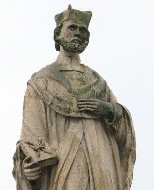 """IV 1020 św. Jan z Kęt Umiał święty profesor pochylić się i dotknąć końcówek najcieńszych gałązek. Owoc Ewangelii leżał u jego stóp, gdy przyodziewał biedaka w swoje własne buty, gdy okrywał jego plecy swoim płaszczem. Umiał spytać małe dziecko na ulicy, dlaczego płacze"""".  Święty kanonik O kim tak pięknie i z taką delikatnością mówił w roku 1963 krakowski biskup pomocniczy, a dziś kandydat na ołtarze, Jan Pietraszko? O znakomitym teologu i człowieku wielkiego serca, świętym Janie Kantym.  Urodził się on w Kętach w roku 1390. Studiował filozofię i teologię na Uniwersytecie Jagiellońskim. Przyjął święcenia kapłańskie. Został profesorem i przez pół wieku wykładał teologię. Czterokrotnie pielgrzymował pieszo do Rzymu. Przez całe kapłańskie życie nie jadł mięsa. Słynął nie tylko w Krakowie z wielkiego miłosierdzia. Ponieważ sam był człowiekiem ubogim, który nigdy nie zabiegał o zaszczyty i dobra materialne, zdarzało się, że wspierał potrzebujących tym, co miał na sobie. Zmarł 24 grudnia 1473 roku. Jego relikwie spoczywają w kościele św. Anny w Krakowie.  Kanonizując go w roku 1767 papież Klemens XIII tak pisał: """"Nikt nie zaprzeczy, że Jan Kanty, który w Akademii Krakowskiej przekazywał wiedzę zaczerpniętą z najczystszego źródła, jest godny zaliczenia do wybranego grona znamienitych mężów, wyróżniających się wiedzą i świętością. Postępowali oni tak, jak nauczali, i stawali w obronie prawdziwej wiary przeciwko tym, którzy ją zwalczali...  W jego słowach i postępowaniu nie było fałszu ani obłudy: Co myślał, to i mówił. A gdy spostrzegł, że jego słowa, choć słuszne, wbudzały niekiedy niezadowolenie, wtedy przed przystąpieniem do ołtarza usilnie prosił o wybaczenie, choć winy nie było po jego stronie... To co głosił z ambony i wyjaśniał wiernym, potwierdzał swoją pokorą, czystym życiem, miłosierdziem, umartwieniem i wielu innymi cnotami, cechującymi prawdziwego kapłana i niestrudzonego pracownika"""""""