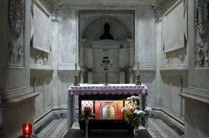 Katedra św. Januarego Św. January to patron Neapolu,  a katedra pod jego wezwaniem, znajdująca się po wschodniej stronie Piazza Duomo, to główny punkt orientacyjny dla jego mieszkańców. Katedra występuje pod dwoma nazwami: Duomo di San Gennaro oraz  Duomo di Santa Maria Assunta. Jednak w obydwu przypadkach, zawsze chodzi o ten największy obiekt sakralny w Neapolu.  Historia St._Januarius_-_BustTa gotycka katedra pochodzi z XIII w., natomiast fasada kościoła pochodzi z XIX w. Powstała na zlecenie Karola II i została zaprojektowana przez francuskich architektów. Na przestrzeni lat kilkakrotnie ulegała szkodom w wyniku trzęsień ziemi. W jej wnętrzu w XVII w. zbudowano kaplicę św. Januarego. Powstała ona jako wotum wdzięczności mieszkańców Neapolu, za ocalenie ich od epidemii dżumy w 1526-1529 r. W katedrze znajduje się także gotycka kaplica Minutolo oraz renesansowa krypta Succoro, gdzie znajdują się relikwie św. Januarego. Warto wspomnieć także o Battistero, czyli baptysterium. Datowane jest ono na V w. i posiada pozostałości po mozaikach z tego okresu. Nie można zapomnieć także o Kaplicy del Tesoro, gdzie znajdują się skarby świętego patrona miasta. Jest ona dziełem znanego architekta Francesco Grimaldi.  Obecna elewacja kościoła pochodzi z XIX w. jedynie portal oraz niektóre rzeźby zdobiące bazylię od zewnątrz są datowane na XV w.  Zwiedzanie Zwiedzając wnętrze świątyni warto zwrócić uwagę na piękne drzwi z brązu z XVI w. zdobione emblematami rodu Carafa oraz klęczącego Oliwiera Carafa przed ołtarzem w centralnej nawie, piękne sceny z życia neapolitańczyków znajdujące się w górnej części ołtarza, całej wykonanej ze srebra, Tabernaculum autorstwa Tommaso Malvito czy piękne freski, które są dziełem Luki Giordano. W podziemiach świątyni można podziwiać pozostałości z czasów greckich, które odkyto podczas prac konserwatorskich. Warto wspomnieć, iż w katedrze znajduje się także najstarsza chrzcielnica w Europie.  Relics_of_St_Januarius_-_Cappella_del_Succorpo_-_Cathedral