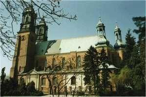Bazylika metropolitalna w Poznaniu Archidiecezja w Poznaniu była pierwszą utworzoną na polskich ziemiach strukturą kościelną. Biskupstwo w Poznaniu ustanowiono już w dwa lata po Chrzcie Polski - w 968 r. Mieszko I wybudował tu również pierwszą katedrę. Nowo powstała diecezja nie podlegała żadnej metropolii, zależała bezpośrednio od Stolicy Apostolskiej. Pierwszym polskim biskupem był Jordan, mianowany przez papieża Jana XIII. Diecezja poznańska w 1000 roku nie została poddana nowo utworzonej, pierwszej w Polsce metropolii gnieźnieńskiej, weszła w jej granice dopiero około 1075 roku.  Bulla De salutate animarum papieża Piusa VII z 1821 roku, nadając nową organizację Kościołowi katolickiemu w państwie pruskim, połączyła diecezję poznańską z archidiecezją gnieźnieńską unią personalną na zasadzie równorzędności. Diecezja poznańska podniesiona została do rangi archidiecezji. Poznań stał się siedzibą metropolii. Prawa metropolitalne Poznania potwierdziła Stolica Apostolska 28 listopada 1972 roku. W dniu 25 marca 1992 roku św. Jan Paweł II wydał bullę Totus Tuus Poloniae Populus, mocą której dziewięć południowych dekanatów archidiecezji poznańskiej zostało włączonych do utworzonej w tym dniu diecezji kaliskiej, stanowiącej diecezję sufraganalną metropolii poznańskiej. Natomiast na mocy bulli Stolicy Apostolskiej z 25 marca 2004 roku dwadzieścia sześć parafii archidiecezji poznańskiej zostało włączonych do archidiecezji gnieźnieńskiej. Obecnie archidiecezję poznańską, w jej aktualnych granicach, tworzy 412 parafii w 42 dekanatach. Archidiecezja ma powierzchnię ok. 10 tys. km kw. i jest zamieszkana przez ok. 1,5 mln osób. Pracuje w niej 790 księży diecezjalnych i 320 zakonnych.  abp Stanisław Gądecki, arcybiskup metropolita poznański    28 marca 2002 r. św. Jan Paweł II mianował arcybiskupem poznańskim Stanisława Gądeckiego, wcześniej biskupa pomocniczego archidiecezji gnieźnieńskiej. Pomagają mu bp Damian Bryl i bp Grzegorz Balcerek oraz biskup senior Zdzisław Fortuniak. Na