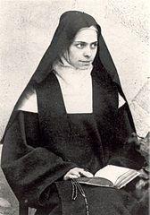 """1109 ------------------------------------------------------------ Bł. Elżbieta od Trójcy Przenajświętszej. Elżbieta Catez urodziła się 18 lipca 1880 roku w Avor niedaleko Bourges, gdzie stacjonował oddział, w którym jej ojciec był kapitanem. Kiedy miała 7 lat, ojciec zmarł. Matka wychowywała ją dość surowo. o jej życiu zadecydowały fakty związane z przygotowaniem się do pierwszej Komunii św. Elżbieta potwierdzała wielokrotnie, że dzień ten był dla niej decydujący Jako kilkunastoletnia dziewczyna doświadczała pierwszych łask mistycznych. Była piękna, radosna i naturalna w sposobie bycia, budziła ogólną sympatię. Jej pragnienia wstąpienia do klasztoru spotykały się ze zdecydowanym i stałym sprzeciwem matki. Dopiero kiedy Elżbieta skończyła 21 lat, wyraziła powściągliwą zgodę. W ciągu pięciu lat pracy, modlitwy, głębokiego cierpienia wspięła się na szczyty duchowe. Jej zakonne imię """"Od Trójcy Przenajświętszej"""" stało się programem jej życia, a także drogą, na której odkryła Boga Trójjedynego. Ostatnie miesiące przyniosły jej ciężką chorobę, którą przeżyła jako wstępowanie przez krzyż ku Bogu. Zmarła w marcu 1906 roku. Pozostawiła po sobie pisma mistyczne. Beatyfikował ją Jan Paweł II w 1984 roku."""