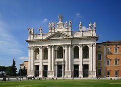 jutro --------------------------------- 1109 ----------------------------------- Bazylika św. Jana na Lateranie, jej pełna nazwa to: Papieska arcybazylika Najświętszego Zbawiciela, św. Jana Chrzciciela i św. Jana Ewangelisty na Lateranie. Matka i Głowa Wszystkich Kościołów Miasta i Świata (wł. Arcibasilica Papale del SS.mo Salvatore e dei Santi Giovanni Battista ed Evangelista al Laterano; łac. Archibasilica Sanctissimi Salvatoris et Sanctorum Iohannes Baptista et Evangelista in Laterano) – katedra biskupa Rzymu, jedna z czterech bazylik większych, jedna z wielu bazylik papieskich (dawniej patriarchalnych).  Bazylika była częścią rezydencji kolejnych papieży od roku 313. Po przeniesieniu siedziby przez Benedykta XI do Perugii, a następnie (podczas pontyfikatu Klemensa V do Awinionu) Lateran został spalony (1308) i ograbiony[1]. Dlatego papież Grzegorz XI, wracając z Awinionu, przeniósł siedzibę na Watykan. Historia początek IV wieku – koszary gwardii cesarza Maksencjusza 313 – cesarz Konstantyn Wielki przekazał koszary w Lateranie papieżowi Milcjadesowi 314–318 – budowa pierwszej pięcionawowej bazyliki 324 – 9 listopada[2] – bazylika została poświęcona Jezusowi Chrystusowi przez papieża Sylwestra I 896 – budynek kościoła został uszkodzony podczas trzęsienia ziemi 904–911 odbudowa na zlecenie papieża Sergiusza III 1144 – kościół został poświęcony świętym Janowi Chrzcicielowi i Janowi Ewangeliście 1300 – papież Bonifacy VIII ogłosił w tym kościele po raz pierwszy jubileusz Roku Świętego 1308 – pożar uszkodził bazylikę 1309 – papież Klemens V przeniósł się do Awinionu w wyniku czego kościół nie jest odbudowywany po pożarze 1360 – kolejny pożar zniszczył bazylikę 1377 – papież Grzegorz XI przeniósł siedzibę papieży z powrotem do Rzymu. Ze względu na zniszczenie bazyliki przeniósł siedzibę na wzgórze Watykańskie. XV wiek – odbudowa bazyliki z zachowaniem pięcionawowego układu. 1586 – Domenico Fontana zbudował północną fasadę kościoła 1646 – Francesco Borromini nadał wnęt