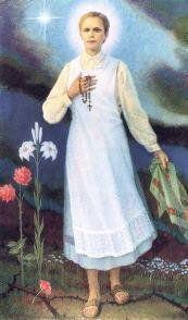 1118 -------------------- Bł. Karolina Kózkówna, dziewica, męczennica (1898-1914). Urodziła się w podtarnowskiej wsi Wał-Ruda. Rodzice jej posiadali niewielkie gospodarstwo. Pracowała z nimi na roli. Była prostą, religijną dziewczyną. Zginęła na początku I wojny światowej. Carski żołnierz uprowadził ją przemocą, a gdy broniła się pragnąc zachować dziewictwo, bestialsko zamordował. Po kilku dniach znaleziono jej zmasakrowane zwłoki. Pochowano ją w parafialnym kościele we wsi Zabawa. W 1987 roku Jan Paweł II beatyfikował Karolinę w Tarnowie.  W IKONOGRAFII Błogosławiona przedstawiana jest z palmą w ręce.