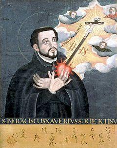 1203 ------------------------- Św. Franciszek Ksawery urodził się w 1506 roku na zamku Xavier (Hiszpania). Ojciec był doktorem uniwersytetu w Bolonii, prezydentem Rady Królewskiej Navarry. W 1525 roku Franciszek podjął studia teologiczne w Paryżu. Uzyskawszy stopień magistra wykładał w kolegium. Zaprzyjaźnił się wtedy z Ignacym Loyolą. W 1534 roku złożył z nim i innymi towarzyszami śluby Dało to początek Towarzystwu Jezusowemu. W trzy lata później przyjął święcenia kapłańskie. W latach 1537-1538 apostołował w Bolonii, a następnie w Rzymie. W tym czasie Paweł III zatwierdził nowe zgromadzenie-jezuitów. W 1541 roku, zaopatrzony w królewskie pełnomocnictwa oraz mandat legata papieskiego, przez Lizbonę wyruszył na misje do Indii. Wylądował w Goa 6 maja 1542 roku. Pokorą i niezwykłą postawą pełną miłości zjednał sobie tamtejszych mieszkańców. Nawrócił niezliczone rzesze. Zorganizował liczne misje, seminarium, nowicjat. Odbył misje, m. in. do Malakki (północny Singapur), na Moluki, Cejlon, wyspę Ambon, Kochin (Wietnam). Następnie rozpoczął ewangelizację w Japonii, gdzie założył stuosobową wspólnotę chrześcijan. Był tytanem pracy nadzwyczajne sukcesy były owocem jego modlitwy i głębokiego życia wewnętrznego. Zmarł 3 grudnia 1552 roku na wyspie Sancian koło Kantonu podczas misji do Chin. Ciało jego sprowadzono do Goa, gdzie spoczywa w kościele Di Gesu. Św. Franciszka kanonizował Grzegorz XV (1622). Jest patronem zakonu misjonarzy misji katolickich ( 1927), Indii, Japonii. marynarzy. Orędownik w czasie zarazy i burz.  W IKONOGRAFII św. Franciszek Ksawery przedstawiany jest w sukni jezuickiej obszytej muszlami lub w komży i stule. Niekiedy otoczony jest gronem tubylców. Jego atrybutami są: gorejące serce, krab, krzyż, laska pielgrzyma, stuła.
