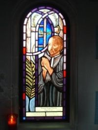 wczoraj ------------------------------------------ 1201 ----------------------------------------------- św. Edmund Campion, św. Agericus lub Airy, św. Eligiusz lub Elroy, św. Aleksander Briant, św. Anasanus, św. Tudwal, św. Ralph Sherwin --------------------------------------------------------------- Wielki humanista - św. Edmund Campion Już w młodości należał do najwybitniejszych humanistów. Święty był obdarzony talentem literackim, pisał wiersze i dramaty dla teatrów. Zdobył tytuł mistrza nauk wyzwolonych, mając 24 lata.  Św. Edmund Campion urodził się 25 stycznia 1540 roku w Londynie. Już w młodości należał do najwybitniejszych humanistów. Ukończył celująco szkołę w Londynie, a potem uniwersytet na Oksfordzie. Wyróżniał się zdolnościami oratorskimi, które prezentował z okazji uroczystości i manifestacji. Święty był obdarzony talentem literackim, pisał wiersze i dramaty dla teatrów. Zdobył tytuł mistrza nauk wyzwolonych, mając 24 lata.  W 1564 został mianowany diakonem Kościoła anglikańskiego i złożył przysięgę supremacyjną, która uznawała króla za głowę Kościoła Katolickiego w Anglii. Edmund złożył wspomnianą przysięgę pod naciskiem opinii.  Prześladowania za panowania Elżbiety i śmierć męczeńska bohaterów budziły niepokój świętego. Rozczytując się w pismach Ojców Kościoła, zwrócił się ku katolicyzmowi. Ostatecznie opowiedział się za wiarą katolicką. Za okazywanie jawnej sympatii prześladowanym nie dopuszczono go do katedry profesora w Dublinie. Gdy jego życie było zagrożone, schronił się we Francji, gdzie istniało kolegium, założone dla kształcenia kapłanów w Anglii. W 1573 roku wstąpił w Rzymie do Towarzystwa Jezusowego,kontynuując w kolegium studia teologii. W 1579 roku otrzymał w Pradze święcenia kapłańskie.  W 1580 roku Edmund Campion został wezwany do Rzymu. Papież Grzegoz XIII wysłał świętego do Anglii, aby tam założył misję jezuitów. Św. Edmundowi udało się dostać do Anglii wraz z o. Robertem Personsem, jednak policja śledcza szybko wpadła na jego trop. D