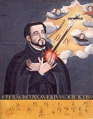 Dziś --------------------------------- 1203 ____________________________________________ 3 grudnia Święty Franciszek Ksawery, prezbiter -------------------------------------------------------- Franciszek urodził się 7 kwietnia 1506 r. na zamku Xavier w kraju Basków (Hiszpania). Jego ojciec był doktorem uniwersytetu w Bolonii, prezydentem Rady Królewskiej Navarry. W 1525 r. Franciszek podjął studia teologiczne w Paryżu. Po uzyskaniu stopnia magistra przez jakiś czas wykładał w College Domans-Beauvais, gdzie zapoznał się z św. Piotrem Faberem (1526), zaś w kilka lat potem (1529) ze św. Ignacym Loyolą. Niebawem zamieszkali w jednej celi. Mieli więc dosyć okazji, by się poznać, by przedstawić swoje zamiary i ideały. Równocześnie Franciszek rozpoczął na Sorbonie studia teologiczne z zamiarem poświęcenia się na służbę Bożą. Duszą całej trójki i duchowym wodzem był św. Ignacy. Razem też obmyślili utworzyć pod sztandarem Chrystusa nową rodzinę zakonną, oddaną bez reszty w służbę Kościoła Chrystusowego. Potrzeba nagliła, gdyż właśnie w tym czasie Marcin Luter rozwinął kampanię przeciwko Kościołowi, a obietnicą zagarnięcia majątków kościelnych pozyskał sporą część magnatów niemieckich i z innych krajów Europy. Dnia 15 sierpnia 1534 roku na Montmartre w kaplicy Męczenników wszyscy trzej przyjaciele oraz czterej inni towarzysze złożyli śluby zakonne, poprzedzone ćwiczeniami duchowymi pod kierunkiem św. Ignacego. W dwa lata potem wszyscy udali się do Wenecji, by drogą morską jechać do Ziemi Świętej. W oczekiwaniu na statek usługiwali w przytułkach i szpitalach miasta. Kiedy jednak nadzieja rychłego wyjazdu zbyt się wydłużała, gdyż Turcja spotęgowała wtedy swoją ekspansję na kraje Europy, a w jej ręku była ziemia Chrystusa, wszyscy współzałożyciele Towarzystwa Jezusowego udali się do Rzymu. Tam Franciszek otrzymał święcenia kapłańskie 24 czerwca 1537 roku; miał już 31 lat. W latach 1537-1538 Franciszek apostołował w Bolonii, a potem powrócił do Rzymu, gdzie wraz z towarzyszami od