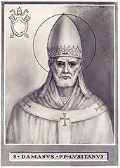 """1211 ------------------------------------------------ Św. Damazy urodził się około 305 roku w Hiszpanii. Za papieża Liberiusza (352-366) był diakonem i prezbiterem. Wybrany biskupem Rzymu (366), miał konkurenta Ursyna. Dopiero synod zwołany w 378 roku ostatecznie rozstrzygnął spór. W swoich 10 listach do biskupów Wschodu Damazy wyjaśnił doktrynę katolicką wobec ówczesnych herezji. Stanowisko to potwierdził sobór konstantynopolitański w roku 381. Dzięki wpływom papieża Teodozjusz Wielki ogłosił chrześcijaństwo religią państwową (380). Na życzenie papieża Damazego św. Hieronim opracował przekład Pisma św. na język łaciński, zwany Wulgatą. Stał się on urzędowym tekstem Kościoła. Św. Damazy odnowił i udostępnił rzymskie katakumby. Pochowanym tam świętym dedykował swoje heksametry. Zmarł 11 grudnia 384 roku. Jego relikwie spoczywają w głównym ołtarzu kościoła S. Lorenzo in Damaso, który sam ufundował.  W IKONOGRAFII św. Damazy przedstawiany jest w ornacie, z tiarą i pastorałem. Czasami jako papież spoczywający na tronie. Jego atrybutami są: książka, pastorał i pierścień z diamentem, będącym aluzją do jego imienia - """"adamas"""" (diament"""