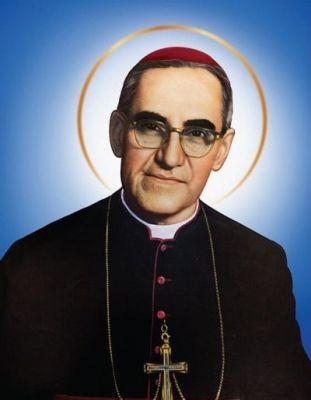 """24 marca Święty Oskar Romero, biskup i męczennik ------------------ Oskar Arnulf Romero Galdámez urodził się 15 sierpnia 1917 w Ciudad Barrios (departament San Miguel w południowo-wschodnim Salwadorze). Po studiach teologicznych w San Salvadorze i Rzymie przyjął 4 kwietnia 1942 r. w stolicy Włoch święcenia kapłańskie, po czym pracował duszpastersko do 1967 r. w parafiach diecezji San Miguel oraz jako wykładowca w seminarium duchownym i na uniwersytecie w stolicy kraju. W latach 1967-1974 był sekretarzem generalnym episkopatu Salwadoru, od 1970 do 1974 r. - biskupem pomocniczym stołecznej archidiecezji, w latach 1974-1977 biskupem Santiago de Maria, a w lutym 1977 został arcybiskupem metropolitą San Salvadoru. Zdobył szybko popularność wśród szerokich rzesz ludzi dzięki swemu zaangażowaniu społecznemu i kazaniom, które głosił w stołecznej katedrze. Arcybiskup walczył o prawa człowieka w ojczystym Salwadorze, odważnie krytykował przejawy niesprawiedliwości, potępiał akty przemocy obu stron rozdzierającej kraj wojny domowej. W latach 1978 i 1979 był dwukrotnie zgłaszany do Pokojowej Nagrody Nobla. W styczniu 1979 r. i w styczniu 1980 r. dwukrotnie spotkał się z Janem Pawłem II.  Święty Oskar Romero i święty Jan Paweł IIJego zaangażowanie społeczne ściągnęło na niego niezadowolenie wojskowych, rządzących wtedy krajem. Zginął zastrzelony w dniu 24 marca 1980 r. podczas odprawiania Mszy św. w kaplicy stołecznego szpitala Opatrzności Bożej. O zlecenie tej zbrodni są podejrzani wysokiej rangi wojskowi, jednakże jej okoliczności nie zostały dotychczas wyjaśnione. Pogrzeb arcybiskupa stał się manifestacją ogromnej sympatii do niego, a jednocześnie stał się wyrazem protestu przeciw krwawym zbrodniom rządzącej krajem junty wojskowej. Jan Paweł II na wieść o śmierci arcybiskupa Romero nazwał go """"gorliwym pasterzem"""" i dwukrotnie modlił się przy jego grobie w katedrze w San Salvadorze: w latach 1983 i 1990.  3 lutego 2015 r. papież Franciszek zgodził się na promulgowanie dekretu o"""