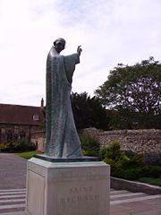 3 kwietnia 2020piątek Rok liturgiczny: A/II V Tydzień Wielkiego Postu ---------------- 3 kwietnia Święty Ryszard de Wyche, biskup ---------------------- Ryszard urodził się w 1197 r. w Wych (obecnie Droitwich w pobliżu Worcester w Anglii). Jako młodzieniec musiał zająć się administracją majątku rodzinnego. Odrzucił propozycje małżeńskie i po uporządkowaniu stanu majątkowego rodziny udał się na studia uniwersyteckie do Oxfordu. Po ukończeniu studiów swoją wiedzę pogłębiał na uniwersytetach w Paryżu i Bolonii. Miał 38 lat, kiedy wybrano go rektorem uniwersytetu w Oksfordzie. Wkrótce potem, w 1237 r., został mianowany kanclerzem prymasa Anglii, św. Edmunda. Na stanowisku rektora Ryszard zasłużył się pracą nad podniesieniem poziomu uniwersytetu w Oxfordzie tak, że wśród wszystkich uniwersytetów Europy zajmował on odtąd czołowe miejsce. Jako prawa ręka prymasa Anglii przyczynił się natomiast do przeprowadzenia koniecznych reform. Bronił także odważnie praw Kościoła wobec króla, Henryka III. Towarzyszył swemu ukochanemu pasterzowi w podróży do Pontigny, we Francji, gdzie też św. Edmund na jego rękach umarł. Przed śmiercią nakłonił jednak Ryszarda do przyjęcia święceń kapłańskich. Podarował mu także na pamiątkę drogocenny kielich. Po powrocie do Anglii Ryszard porzucił dotychczasowe stanowiska i objął skromne probostwo w Charing, a potem w Deal. Jednakże nowy prymas Anglii, Bonifacy, powołał Ryszarda ponownie na swojego kanclerza. W 1244 r. został wybrany biskupem Chichester. Król Henryk III, znając nieustępliwość biskupa w obronie praw Kościoła, na wybór Ryszarda nie zgodził się. Mimo tego prymas potwierdził wybór. Wtedy Henryk III zajął dobra biskupie. Ryszard był zmuszony udać się do Rzymu, by papież rozstrzygnął sprawę. Papież Innocenty IV potwierdził w Lyonie wybór Ryszarda, a nawet osobiście udzielił mu sakry biskupiej. Na wiadomość o tym król z zemsty zagarnął biskupowi wszystkie dobra, nawet jego własne mieszkanie. Biskup zamieszkał więc po powrocie u jednego z pro