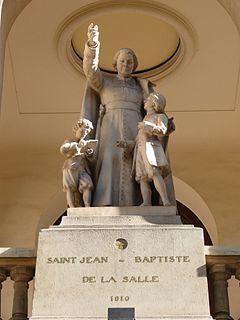 7 kwietnia 2020wtorek Rok liturgiczny: A/II Wielki Tydzień ------------------- Ucz się, Jasiu! - św. Jan Chrzciciel de la Salle ------------------------- Krewni byli przerażeni. Jan oszalał. A oni widzieli w nim już samego kardynała!  Piął się w górę. Wielu zazdrościło mu takiej kariery. Jan Chrzciciel de la Salle pochodził ze starej książęcej rodziny. Jego ojciec Ludwik był radcą Reims, a matka Nicoletta jedną z najznakomitszych dam miasta. Młodziutki Jan wyjechał do Paryża. Zaczął studiować teologię, chciał zostać księdzem. W 1678 roku dwudziestosiedmiolatek otrzymał święcenia kapłańskie. Już w trzy lata później obronił doktorat z teologii. Błyskawicznie został proboszczem. Lada chwila, a będzie kardynałem – zacierali ręce krewni. Nie mogło być inaczej. Gdy się jest synem samego radcy Reims?  I wtedy Jan wykonał ruch, którego kompletnie nie rozumieli. Wykształcony, świetnie zapowiadający się kapłan zaczął otaczać się ludźmi, których bogate społeczeństwo zepchnęło na margines. Nie mogło być inaczej. Skoro jest się synem samego Boga? – śmiał się młodziutki proboszcz.  Na plebanię przychodziło coraz więcej sierot z najuboższych rodzin miasta. Nie chodzili do żadnej szkoły – te zarezerwowane były tylko dla bogatych. W 1679 r. Jan de la Salle wykonał pionierski gest: założył szkołę dla chłopców (wcześniej pomagał w utworzeniu podobnej dla dziewcząt). Nauczycieli, którzy zdecydowali się uczyć sieroty, gościł i żywił w swoim domu. Gdy zobaczył, że zabiegają o własne utrzymanie, sam zrezygnował z godności kanonika. Oznaczało to też rezygnację z całkiem sporych dochodów. W czasie klęski głodu zimą 1684/85 r. rozdał cały swój majątek ubogim.  Krewni byli przerażeni. Jan oszalał. A oni widzieli w nim już samego kardynała!  Tymczasem plebania pękała w szwach. Zmieniła się w szkolę dla bezdomnych i ubogich dzieci. Gdy budynek okazał się zbyt mały, Jan oddał na ten cel swój dom rodzinny. Czy można się dziwić, że tego ogołacającego się księdza otaczał wianuszek ludzi, którzy zaf