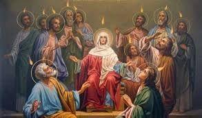 """Onego czasu rzekł Jezus uczniom swoim: A Pocieszyciel, Duch Święty, którego Ojciec pośle w moim imieniu"""" (J 14, 26). Znowu wielka uroczystość kościelna. Zielone Świątki! Wczuwaj się głęboko w ich ducha i wesel się z Kościołem św. Wielką pobudką do radości jest zwłaszcza tajemnica, którą obchodzimy przez tę uroczystość. Pierwszym doniosłym zdarzeniem Zielonych Świątek jest zesłanie Ducha Świętego: """"Ukazały się im też języki jakby z ognia... I wszyscy zostali napełnieni Duchem Świętym"""" (Dz 2, 3-4). To zstąpienie Ducha Świętego przejawiło się w zdumiewającej wprost mocy i łasce. Bo i czymże byli apostołowie? Aż do Zielonych Świąt byli ludźmi bojaźliwymi, ułomnymi, prostymi, a nadto chwiejnymi we wierze. A dziś? W Dziejach Apostolskich czytamy: """"Zdumiewali się wszyscy i nie wiedzieli, co myśleć: Co ma znaczyć? - mówili jeden do drugiego. - Upili się młodym winem - drwili inni"""" (Dz 2, 12-13). Rzeczywiście, tłum jeszcze nigdy nie widział kolegium apostolskiego w takim usposobieniu. Teraz uczniowie Jezusa występują na arenę świata z takim zapałem, z taką mądrością i mocą zwycięską, że musiało to wszystkich zadziwić; pytali się więc o wyjaśnienie. Znikła bo jaźń przed ludźmi! Znikła chwiejność we wierze! Znikło tchórzliwe niezdecydowanie! Sprawdziła się na nich przepowiednia: """"W ostatnich dniach - mówi Bóg - wyleję Ducha mojego na wszelkie ciało"""" (Dz 2, 17). Kiedy ty obchodzisz swoje Zielone Świątki? Za każdym razem, ilekroć dostępujesz łaski uświęcającej, a więc przy Chrzcie św., przy Sakramencie Pokuty i przy Komunii św. A szczególnie przy Bierzmowaniu. Ono jest sakramentem Ducha Świętego. Bądź za to wdzięczny. Pozwól, by Duch Boży, jak ongiś apostołom, także twój język uświęcił i rozwiązał, byś mógł godnie stawać w obronie Boga i jego spraw. Szczególnie przez otwarte wystąpienie i gorliwość w współdziałaniu z Akcją Katolicką! Nie stawaj na przeszkodzie działaniu Ducha Świętego w tobie przez nędzny i tchórzliwy wzgląd ludzki. Zdaj się na jego światło i potęgę. Wołaj z głę"""