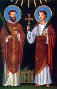 2 czerwca 2020wtorek Rok liturgiczny: A/II Dzień powszedni albo wspomnienie Świętych męczenników Marcelina i Piotra --------------------------------------- Marcelin i Piotr (zm. ok. 299 w Rzymie) – męczennicy chrześcijańscy i święci Kościoła katolickiego, wymieniani w modlitwie eucharystycznej (Communicantes) kanonu rzymskiego[1].  Ponieśli śmierć przez ścięcie w okresie panowania cesarza Dioklecjana (284-305). Według tradycji ich ciała zostały wrzucone do grobu, który sami musieli wykopać. Z niego wydobyła je święta Łucja i ponownie pochowała z należytą czcią[1].  Kult Cesarz Konstantyn I Wielki wystawił na ich grobie przy Via Labicana bazylikę, natomiast papież Wigiliusz imiona obu rzymskich męczenników umieścił w kanonie rzymskim[1].  W Rzymie znajdują się katakumby świętych przy Via Latina[a]. W jednej z krypt znajduje się fresk, przedstawiający obu męczenników wraz ze św. Gorgoniuszem i ze św. Tyburcjuszem obok Jezusa Chrystusa, stojącego pośrodku w postaci baranka[1].  Ich wspomnienie liturgiczne w Kościele katolickim obchodzone jest 2 czerwca[1].  W ikonografii św. Marceli przedstawiany jest w ornacie, św. Piotr w tunice. Ich atrybutami są: kielich i hostia, księga, krzyż, miecz, palma, zwój[1].