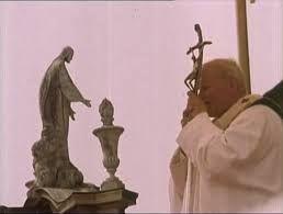 4 czerwca 2020czwartek Rok liturgiczny: A/II Święto Jezusa Chrystusa Najwyższego i Wiecznego Kapłana Pierwsze czytanie:Rdz 22, 9-18Psalm responsoryjny:Ps 40Werset przed Ewangelią:Flp 2, 8-9Ewangelia:Mt 26, 36-42 -------------------------------- Hbr 10, 4-10) Chrystus przychodzi pełnić wolę Ojca  Czytanie z Listu do Hebrajczyków  Bracia:  Niemożliwe jest, aby krew cielców i kozłów usuwała grzechy.  Przeto Chrystus, przychodząc na świat, mówi: «Ofiary ani daru nie chciałeś, ale Mi utworzyłeś ciało; całopalenia i ofiary za grzech nie podobały się Tobie. Wtedy rzekłem: Oto idę – w zwoju księgi napisano o Mnie – aby spełnić wolę Twoją, Boże».  Wyżej powiedział: «Ofiar, darów, całopaleń i ofiar za grzech nie chciałeś i nie podobały się Tobie», choć składane są zgodnie z Prawem. Następnie powiedział: «Oto idę, aby spełnić wolę Twoją». Usuwa jedną ofiarę, aby ustanowić inną. Na mocy tej woli uświęceni jesteśmy przez ofiarę ciała Jezusa Chrystusa raz na zawsze.
