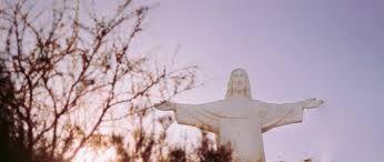 CX 22 listopada 2020 niedziela Rok liturgiczny: A/II Chrystusa Króla Pierwsze czytanie: Ez 34, 11-12. 15-17 Psalm responsoryjny: Ps 23 (22), 1b-2a. 2b-3. 5. 6 (R.: por. 1b) Drugie czytanie: 1 Kor 15, 20-26. 28 Werset przed Ewangelią: Mk 11, 9c. 10a Ewangelia: Mt 25, 31-46 św. Cecylia*, święci Filemon i Apphia. Kolor szat PIERWSZE CZYTANIE Ez 34, 11-12. 15-17 Czytanie z Księgi proroka Ezechiela  Tak mówi Pan Bóg: «Oto Ja sam będę szukał moich owiec i będę sprawował nad nimi pieczę. Jak pasterz dokonuje przeglądu swojej trzody, gdy znajdzie się wśród rozproszonych owiec, tak Ja dokonam przeglądu moich owiec i uwolnię je ze wszystkich miejsc, dokąd się rozproszyły w dni ciemne i mroczne.  Ja sam będę pasł moje owce i Ja sam będę je układał na legowisku» – mówi Pan Bóg. «Zagubioną odszukam, zabłąkaną sprowadzę z powrotem, skaleczoną opatrzę, chorą umocnię, a tłustą i mocną będę ochraniał. Będę pasł sprawiedliwie».  Do was zaś, owce moje, tak mówi Pan Bóg: «Oto Ja osądzę poszczególne owce, barany i kozły». PSALM RESPONSORYJNY Ps 23 (22), 1b-2a. 2b-3. 5. 6 (R.: por. 1b) Pan mym pasterzem, nie brak mi niczego  Pan jest moim pasterzem, * niczego mi nie braknie, pozwala mi leżeć * na zielonych pastwiskach.  Pan mym pasterzem, nie brak mi niczego  Prowadzi mnie nad wody, gdzie mogę odpocząć, * orzeźwia moją duszę. Wiedzie mnie po właściwych ścieżkach * przez wzgląd na swoją chwałę.  Pan mym pasterzem, nie brak mi niczego  Stół dla mnie zastawiasz * na oczach mych wrogów. Namaszczasz mi głowę olejkiem, * kielich mój pełny po brzegi.  Pan mym pasterzem, nie brak mi niczego  Dobroć i łaska pójdą w ślad za mną * przez wszystkie dni życia i zamieszkam w domu Pana * po najdłuższe czasy.  Pan mym pasterzem, nie brak mi niczego DRUGIE CZYTANIE 1 Kor 15, 20-26. 28 Czytanie z Pierwszego Listu Świętego Pawła Apostoła do Koryntian  Bracia:  Chrystus zmartwychwstał jako pierwociny spośród tych, co pomarli. Ponieważ bowiem przez człowieka przyszła śmierć, przez Człowieka też dokona się zma