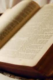 CXVI 28 listopada 2020 sobota Rok liturgiczny: A/II XXXIV Tydzień zwykły Pierwsze czytanie: Ap 22, 1-7 Psalm responsoryjny: Ps 95 (94), 1-2. 3-5. 6-7c (R.: por. 7bc) Werset przed Ewangelią: Łk 21, 36 Ewangelia: Łk 21, 34-36 św. Stefan mł., św. Katarzyna Labouré, św. Symeon Metaphrastes, św. Jakub z Marchii, św. Józef Pignatelli. Kolor szat PIERWSZE CZYTANIE Ap 22, 1-7 Czytanie z Apokalipsy Świętego Jana Apostoła  Anioł Pański ukazał mi rzekę wody życia, lśniącą jak kryształ, wypływającą z tronu Boga i Baranka. Pomiędzy rynkiem Miasta a rzeką, po obu brzegach, drzewo życia rodzące dwanaście owoców – wydające swój owoc każdego miesiąca – a liście drzewa służą do leczenia narodów. Nic godnego klątwy już nie będzie. I będzie w nim tron Boga i Baranka, a słudzy Jego będą Mu cześć oddawali. I będą oglądać Jego oblicze, a imię Jego – na ich czołach. I już nocy nie będzie. A nie potrzeba im światła lampy ani światła słońca, bo Pan Bóg będzie świecił nad nimi i będą królować na wieki wieków.  I rzekł do mnie: «Te słowa wiarygodne są i prawdziwe, a Pan, Bóg duchów proroków, wysłał swego anioła, by sługom swoim ukazać, co stać się musi niebawem. A oto niebawem przyjdę. Błogosławiony, kto strzeże słów proroctwa tej księgi». PSALM RESPONSORYJNY Ps 95 (94), 1-2. 3-5. 6-7c (R.: por. 7bc) My ludem Pana i Jego owcami  Przyjdźcie, radośnie śpiewajmy Panu, * wznośmy okrzyki ku chwale Opoki naszego zbawienia. Stańmy przed obliczem Jego z uwielbieniem, * z weselem śpiewajmy Mu pieśni.  My ludem Pana i Jego owcami  Bo Pan jest Bogiem wielkim, † wielkim Królem nad wszystkimi bogami. * W Jego ręku głębiny ziemi, szczyty gór do Niego należą. Jego własnością jest morze, które sam stworzył, * i ziemia, którą ulepiły Jego ręce.  My ludem Pana i Jego owcami  Przyjdźcie, uwielbiajmy Go, padając na twarze, * klęknijmy przed Panem, który nas stworzył. Albowiem On jest naszym Bogiem, * a my ludem Jego pastwiska i owcami w Jego ręku.  My ludem Pana i Jego owcami WERSET PRZED EWANGELIĄ (ALLELUJA) Łk 