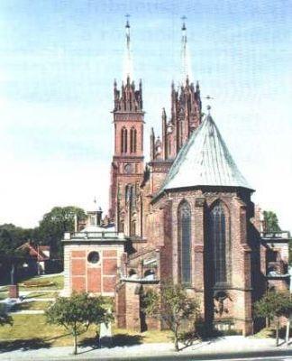 LXI 5 października Bazylika katedralna we Włocławku Diecezja włocławska od początku swego istnienia związana była z metropolią gnieźnieńską jako jej diecezja sufraganalna. Jedynie podczas zaborów włączono ją do metropolii warszawskiej. Po odzyskaniu przez Polskę niepodległości, od 1925 r., ponownie została podporządkowana metropolicie gnieźnieńskiemu. Także i współcześnie, jako jedyna, pozostała w swojej macierzystej prowincji kościelnej.     W początkach XII w. przeniesiono stolicę biskupią z Kruszwicy do Włocławka. Wiązało się z tym powstanie katedry. O najstarszej katedrze wiemy niewiele. Była ona najprawdopodobniej drewniana. Pierwszą murowaną katedrę, budowaną w stylu romańskim, wzniósł w początkach XIII w. (1212 r.) biskup Michał z rodu Godziembów. Do naszych czasów z tego bezcennego zabytku nie pozostał żaden wyraźny ślad. Nie jest nawet znana dokładniejsza jego lokalizacja, ponieważ w czasie wojen krzyżackich katedra uległa spaleniu w wielkiej pożodze miasta (1329 r.). W rok po pożarze wzniesiono mały kościółek pod wezwaniem św. Witalisa, który spełniał rolę kościoła katedralnego, a w 10 lat później (1340 r.) rozpoczęto budowę katedry gotyckiej pw. Wniebowzięcia NMP. W ciągu dziesięcioleci zniszczoną katedrę wielokrotnie przebudowywano i odbudowywano.  bp Wiesław Mering, ordynariusz włocławskiW dniu 25 marca 1992 r. papież św. Jan Paweł II bullą Totus Tuus Poloniae Populus dokonał reorganizacji diecezji i prowincji kościelnych w Polsce. W jej wyniku diecezja włocławska pozostała w metropolii gnieźnieńskiej. Jej ordynariuszem jest obecnie bp Wiesław Mering. Pomaga mu bp Stanisław Gębicki. Patronami diecezji są św. Józef oraz bł. Bogumił. Na jej terenie urodził się m.in. św. Maksymilian Maria Kolbe i wspominana dziś w liturgii św. Faustyna Kowalska. Diecezja ma powierzchnię niecałych 9 tys. km kw. i jest zamieszkana przez 750 tys. osób. W 232 parafiach, podzielonych na 32 dekanaty, pracuje ponad 530 księży diecezjalnych i ok. 120 zakonnych.  Włocławek gościł ś