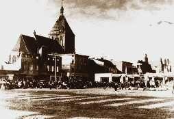 LXXXI 25 października Kościół katedralny w Koszalinie Kościół katedralny w Koszalinie jest najstarszym zabytkiem w mieście. Został wzniesiony w latach 1300-1333. Patronat nad nim sprawowały cysterki. Każdy proboszcz pełnił równocześnie funkcję kapelana klasztornego. Po wybuchu reformacji (1517) kościół w 1534 roku stał się świątynią protestancką. Pierwsze kazanie luterańskie w dniu 16 lipca 1531 roku wygłosił kaznodzieja Mikołaj Klein z Lubeki. Gruntowna restauracja świątyni miała miejsce w latach 1842-1845. 16 kwietnia 1845 roku odbyła się wielka uroczystość oddania kościoła do użytku, w której uczestniczył Fryderyk Wilhelm IV. Kolejną dużą restaurację kościół przeszedł w latach 1914-1915. Istotne zmiany nastąpiły po drugiej wojnie światowej. Po czterech wiekach historii ewangelickiej, 17 czerwca 1945 roku odbyła się tu pierwsza Msza katolicka odprawiona przez franciszkanów, którzy od tego czasu opiekowali się parafią przez niemal trzydzieści lat. Zniszczenia i pożary 1945 roku oszczędziły kościół. 28 czerwca 1972 roku, wraz z powołaniem przez Pawła VI nowej diecezji koszalińsko-kołobrzeskiej, parafialny kościół NMP ustanowiony został katedrą. Dwa lata później 17 czerwca 1974 roku oo. franciszkanie przekazali obowiązki duszpasterskie klerowi diecezjalnemu.  bp Edward Dajczak, ordynariusz koszalińsko-kołobrzeskiPo utworzeniu diecezji miastem biskupim został Koszalin, a pierwszym biskupem - Ignacy Jeż. Od 25 marca 1992 r., kiedy to św. Jan Paweł II ogłosił bullę Totus Tuus Poloniae Populus reorganizującą struktury Kościoła w Polsce, granice diecezji uległy zmianom. Obecnie ordynariuszem tej diecezji jest bp Edward Dajczak. Pomagają mu biskupi Krzysztof Włodarczyk i Krzysztof Zadarko oraz biskupi seniorzy: Tadeusz Werno i Paweł Cieślik. Na terenie diecezji (ponad 14,5 tys. km kw.) mieszka ok. 910 tys. osób. W 221 parafiach podzielonych na 24 dekanaty pracuje ok. 440 księży diecezjalnych i ok. 120 zakonnych. Patronami diecezji są święci męczennicy: Wojciech oraz Maksym