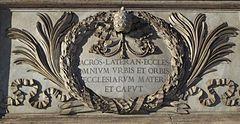 XCVI 9 listopada 2020 poniedziałek Rok liturgiczny: A/II Rocznica Poświęcenia Bazyliki Laterańskiej 9 listopada Rocznica poświęcenia bazyliki laterańskiej Wiele osób sądzi, że najważniejszym kościołem papieskim jest bazylika św. Piotra na Watykanie. Nie jest to prawdą. To bazylika świętego Jana na Lateranie jest kościołem katedralnym papieża. Odegrała ona doniosłą rolę w historii chrześcijaństwa i dlatego Kościół obchodzi specjalny dzień, przypominający moment jej poświęcenia. Bazylika ta jest jedną z czterech bazylik większych Rzymu. Nazwa tego miejsca pochodzi od nazwiska starożytnych posiadaczy tych ziem. Cesarz Neron pod pozorem spisku zgładził Plantiusa Laterana i zagarnął jego pałac. Konstantyn Wielki pałac ten podarował papieżowi św. Sylwestrowi I (314-335). Do roku 1308 był on rezydencją papieży. Gdy w 313 r. cesarz Konstantyn Wielki wydał edykt pozwalający na oficjalne wyznawanie wiary chrześcijańskiej, kazał wybudować obok pałacu okazałą świątynię pod wezwaniem Chrystusa Zbawiciela, św. Jana Chrzciciela i św. Jana Ewangelisty. Stała się ona pierwszą katedrą Rzymu, a przylegający do niej pałac - siedzibą papieży. Jej poświęcenia dokonał papież św. Sylwester I w dniu 9 listopada 324 r. W ciągu kilku wieków panowało tu 161 papieży i odbyło się pięć soborów powszechnych. Bazylika na Lateranie przestała być siedzibą papieży od czasów niewoli awiniońskiej na początku XIV w. W 1377 r. papież Grzegorz IX przeniósł swą siedzibę do Watykanu.  Do dziś bazylika laterańska zachowuje swe wyjątkowe znaczenie. W odróżnieniu od trzech pozostałych rzymskich kościołów patriarchalnych przysługuje jej tytuł arcybazyliki; każdy nowo wybrany biskup Rzymu udaje się do niej w uroczystej procesji. Nad wejściem do świątyni znajduje się łaciński napis, który najlepiej oddaje wagę i rolę tego miejsca:  Mater et Caput omnium Ecclesiarum Urbis et Orbis  to znaczy: Matka i Głowa wszystkich kościołów Miasta i Świata. Tu właśnie papieże odprawiali Mszę na rozpoczęcie Wielkiego Postu. Tu w 