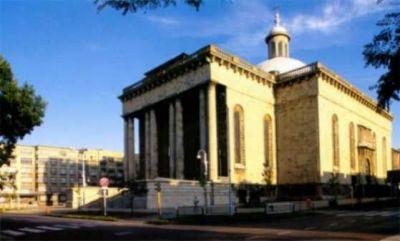 LXXXVI 30 października Kościół metropolitalny w Katowicach Budowę kościoła katedralnego w Katowicach rozpoczęto dwa lata po erygowaniu diecezji katowickiej. 5 czerwca 1927 r., w uroczystość Trójcy Świętej, ówczesny biskup śląski Arkadiusz Lisiecki symbolicznie wbił pierwszą łopatę. Kamień węgielny wmurowano pięć lat później. Prezbiterium, które ukończono w 1938 r., długo służyło jako tymczasowy kościół. W czasie II wojny światowej budowy nie kontynuowano. Podjęto ją ponownie w maju 1946 r. Dzięki ogromnej pracy i wysiłkowi całej diecezji doprowadzono do konsekracji katedry, której dokonał 30 października 1955 roku biskup częstochowski Zdzisław Goliński. Dwa lata później przy nowej świątyni erygowano parafię. Do dziś trwają prace związane z wyposażaniem i upiększaniem wnętrza, które dostosowane zostało do wymogów liturgii posoborowej. Patronem świątyni jest Chrystus, Król Wszechświata. Katedra katowicka jest prawdopodobnie drugim co do wielkości kościołem w Polsce. W jego wnętrzu może się jednocześnie zmieścić ok. 12 tysięcy osób. 20 czerwca 1983 r. modlił się w nim św. Jan Paweł II. Tutaj powiedział do zgromadzonych inwalidów pracy i osób głuchoniemych:  Cierpienie na to jest dane człowiekowi, ażeby Bóg szczególnie mógł w życiu ludzkim zwyciężyć. On sam. Ten Bóg, który stał się człowiekiem i umarł na krzyżu i zwyciężył przez krzyż. Zwycięża również przez każdy ludzki krzyż. Ja wam życzę, aby w życiu każdego z was zwyciężył Chrystus - ukrzyżowany Bóg. I życzę wam również, ażeby za cenę waszego zwycięstwa, waszego cierpienia - Bóg zwyciężał w innych... Bo my wszyscy jesteśmy połączeni tajemnicą świętych obcowania.  Diecezja katowicka została powołana do życia bullą papieża Piusa XI Vixdum Poloniae unitas z 28 października 1925 r. i została włączona do metropolii krakowskiej. Utworzono ją na terenie ówczesnego województwa śląskiego z dwóch różniących się geograficznie i historycznie części, które dotychczas podlegały biskupowi wrocławskiemu: z wikariatu cieszyńskiego, 