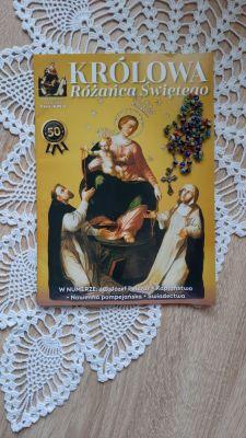 8 maja trwa wielkie święto w Sanktuarium w Pompejach i uroczyście odczytuje się supliki do Królowej Różańca z Pompejów. Koniecznie się przyłącz, aby uzyskać wielkie łaski za przyczyną matki Bożej Królowej Różańca Świętego.  Tylko dwa razy w roku – 8 maja i na październikowe święto Królowej Różańca odmawiamy modlitwę zwaną Supliką do Królowej Różańca Świętego w Pompejach. Tę modlitwę ułożył bł. Bartolo Longo, a wielokrotnie cytował św. Jan Paweł II w Liście apostolskim Rosarium Virginis Mariae.  W Imię Ojca i Syna i Ducha Świętego. Amen.  Czcigodna Dziewico Zwycięska, Pani nieba i ziemi, na imię Której cieszą się niebiosa i drży piekło, o chwalebna Królowo Różańca Świętego my oddane Twoje dzieci, zgromadzeni w twoim Sanktuarium w Pompejach w tym uroczystym dniu (tj. 8 maja i w pierwszą niedzielę października), wylewamy uczucia naszego serca i z ufnością synowską przedstawiamy Ci nasze troski. Z tronu łaskawości, gdzie zasiadasz Królowo, zwróć o Maryjo, Twoje litościwe spojrzenie na nas, na nasze rodziny, na cały świat. Niech wzbudzą w Tobie współczucie zmartwienia i cierpienia, które zaprawiają goryczą nasze życie. Zobacz, o Matko, ile czyha na nas niebezpieczeństw duszy i ciała, jak wiele uciska nas nieszczęść i udręk. O Matko, wybłągaj dla nas miłosierdzie u Twego Syna Bożego i pozyskaj Twoją łaskawością serca grzeszników. To są nasi bracia i Twoje dzieci, za które Jezus Chrystus zapłacił swoją Krwią, a którzy zasmucają najczulsze Twoje serce. Okaż się wszystkim, że jesteś Królową pokoju i przebaczenia.  Zdrowaś Maryjo!  To prawda, że my pierwsi, chociaż jesteśmy Twoimi dziećmi, nie przestajemy przyczyniać się naszymi grzechami do krzyżowania Jezusa i wciąż na nowo przebijamy Twoje serce. Wyznajemy, że zasłużyliśmy na najcieższe kary, lecz wspomnij, że na Golgocie wzięłaś razem z Krwią Przenajświętszą testament umierającego Odkupiciela, który ogłosił Cię Matką, naszą Matką grzeszników.  A więc Ty, jako nasza Matka, jesteś naszą Orędowniczką, naszą nadzieją. a my, j